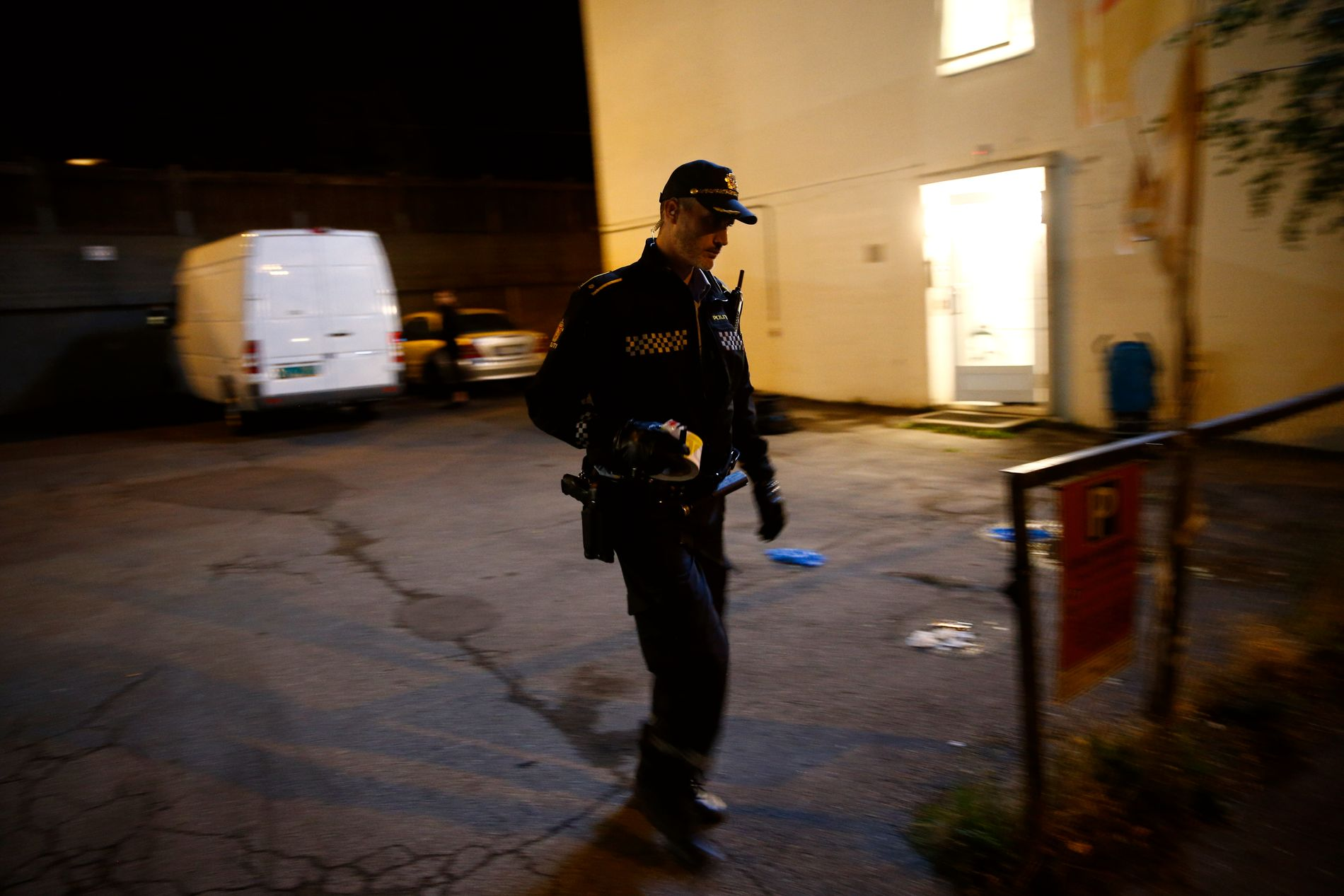 SIKRER SPOR: Kriminalteknikere jobber på stedet.