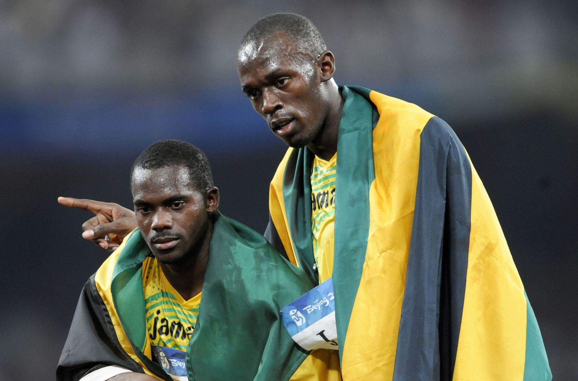 GULLET GLAPP: Usain Bolt (t.h.) og Nesta Carter feirer gullet etter triumfen under OL i Beijing i august 2008. Nå er alle de fire løperne fra Jamaica fratatt medaljene.