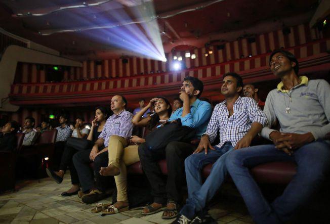 «Dilwale Dulhania Le Jayenge» har blitt vist på kino siden 1995, og kan dermed feire 20-årsjubileum om ikke så lenge. Dette bildet er tatt inne i salen hos Maratha Mandir, hvor filmen har blitt vist lenge. Ifølge kinoeieren er salen ofte halvfull på hverdager, men i helgene er det gjerne fullt hus.