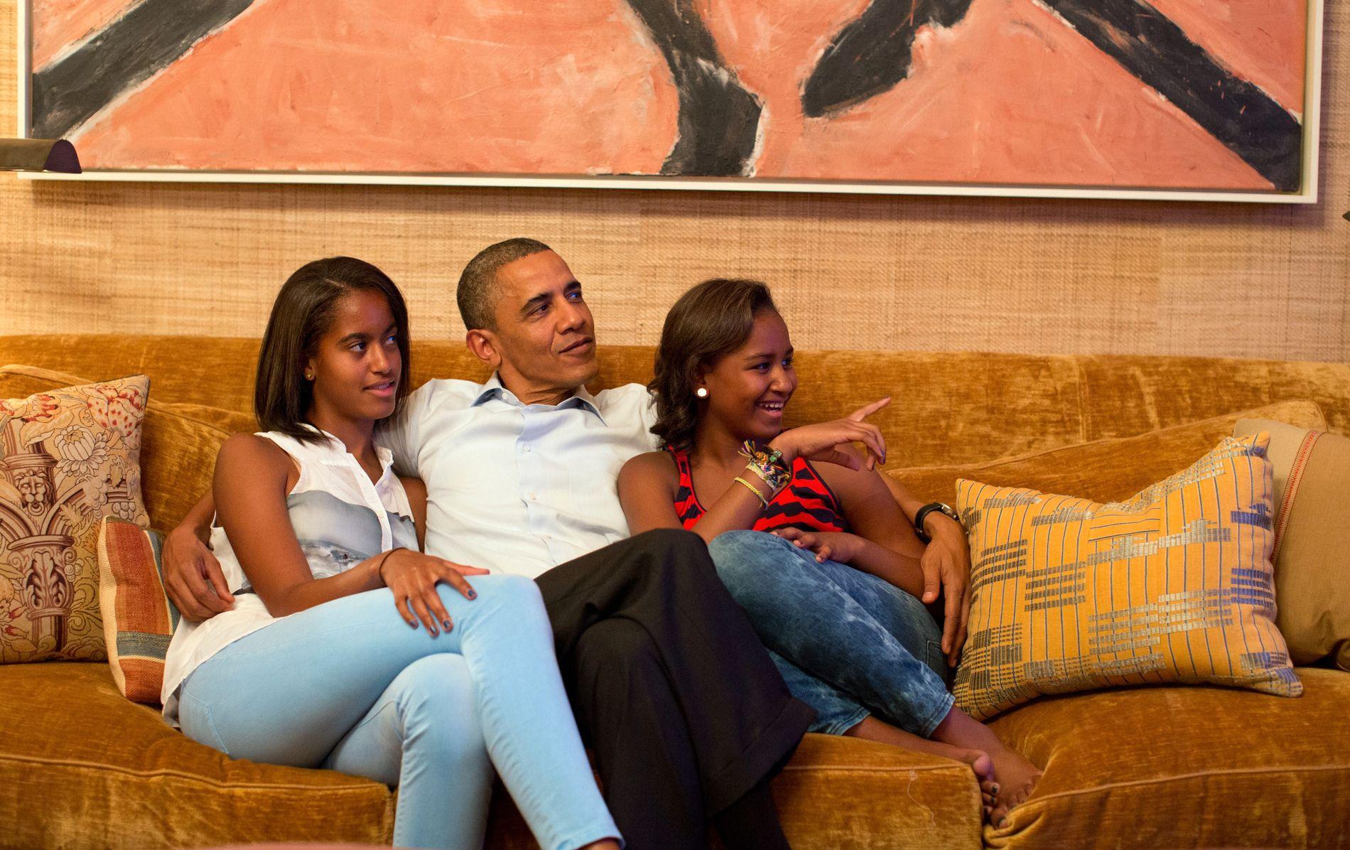 FAR: Barack med Malia (t.v.) og Sasha ser på TV i Det hvite hus 4. september 2012.