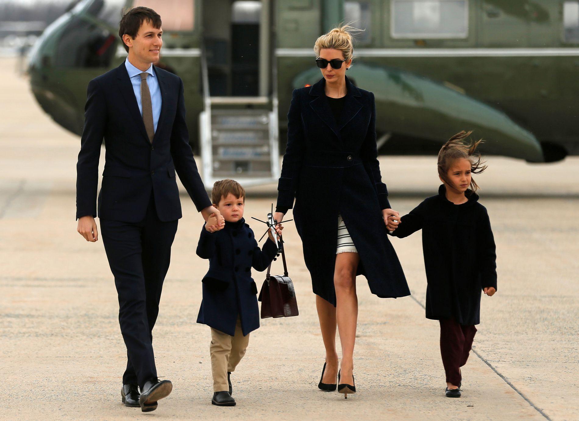 FERIE: Her er Ivanka Trump, Jared Kushner og barna Joseph and Arabella Kushner på vei til Florida med Air Force One.