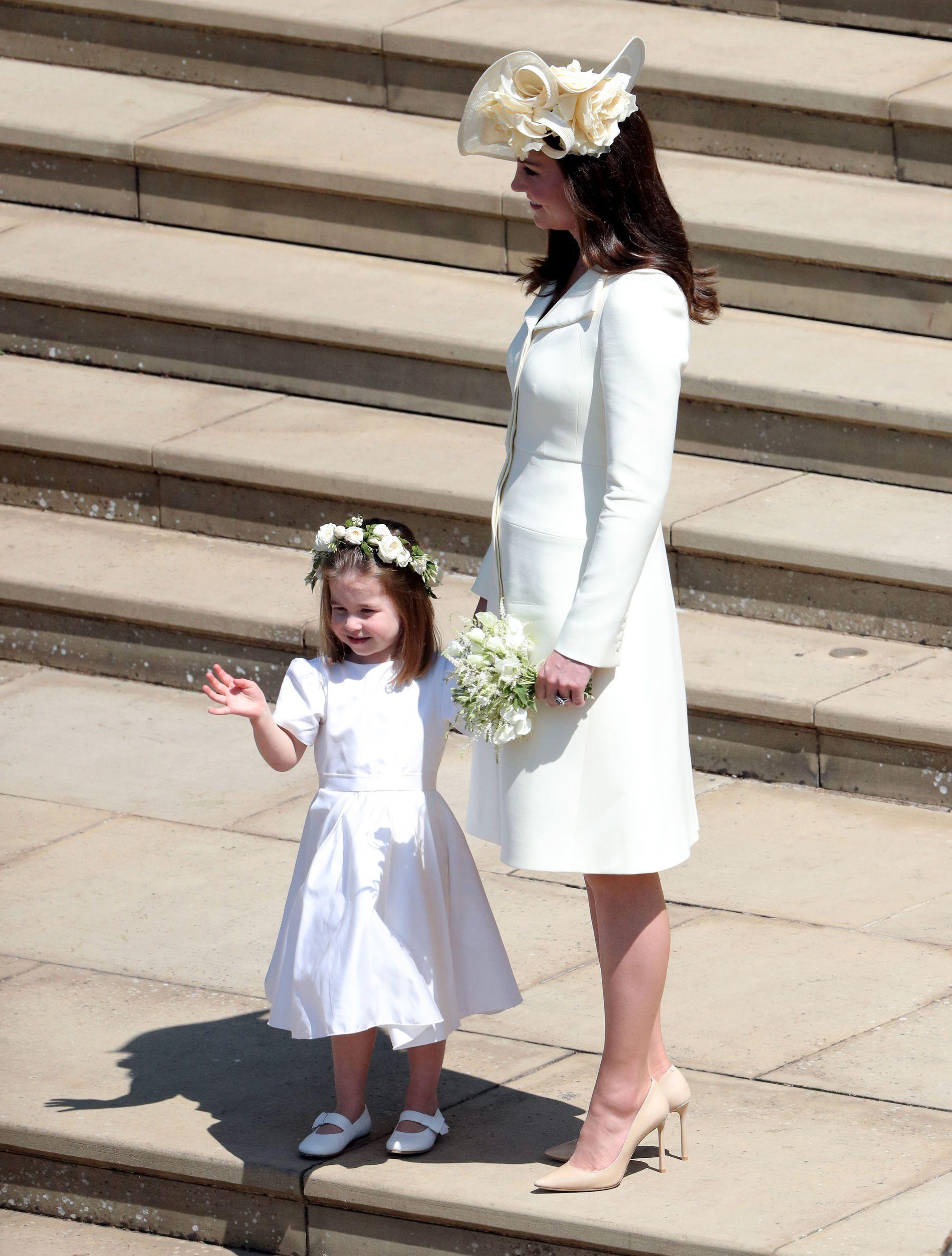 KOM MED BARNA: Hertuginne Kate kom til kapellet sammen med barna Charlotte og George.