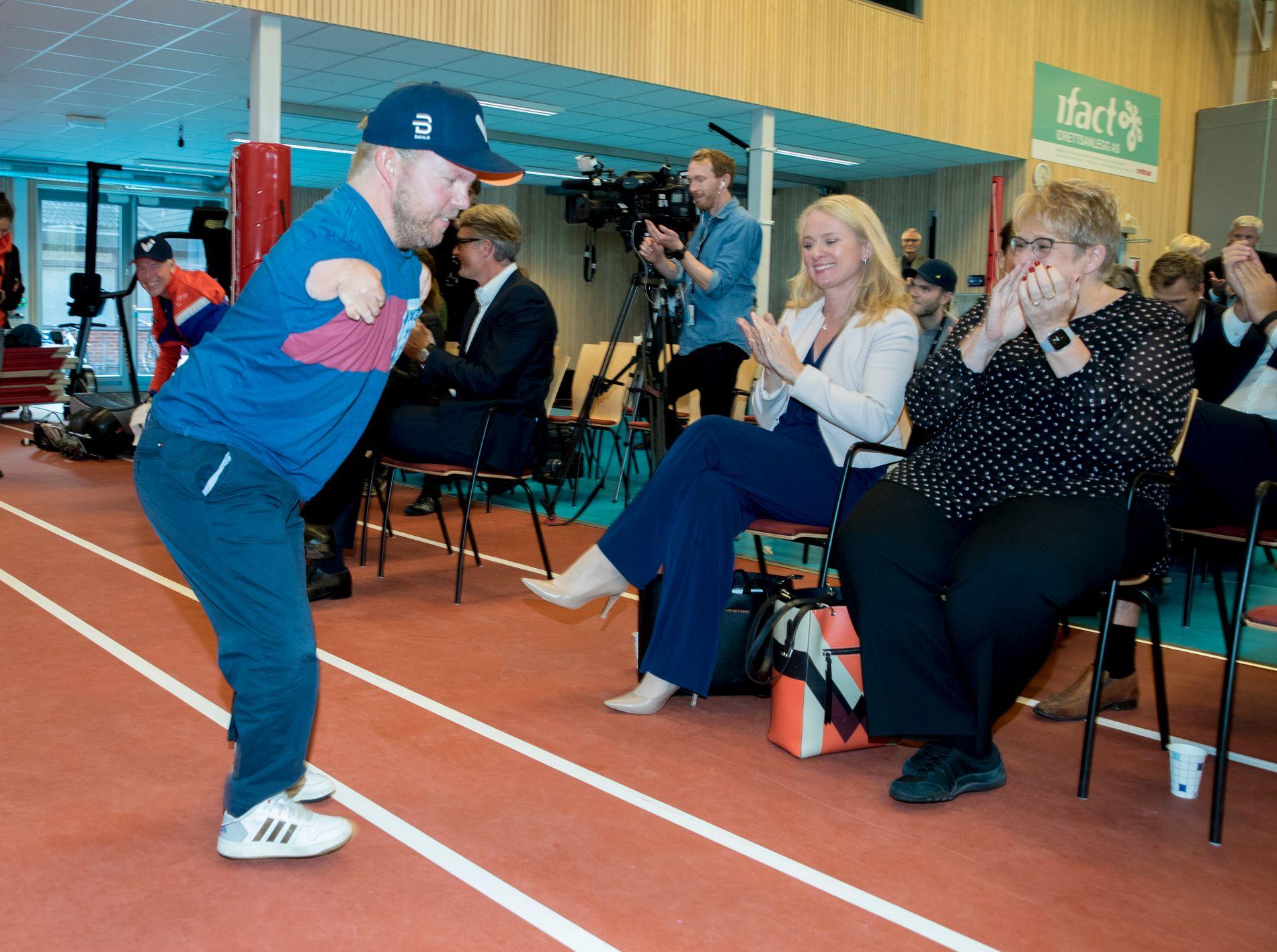 Seiler Bjørnar Erikstad fortalte om hva idretten har betydd for ham. Statsrådene Anniken Hauglie og Trine Skei Grande lyttet nøye til hva han hadde på hjertet.