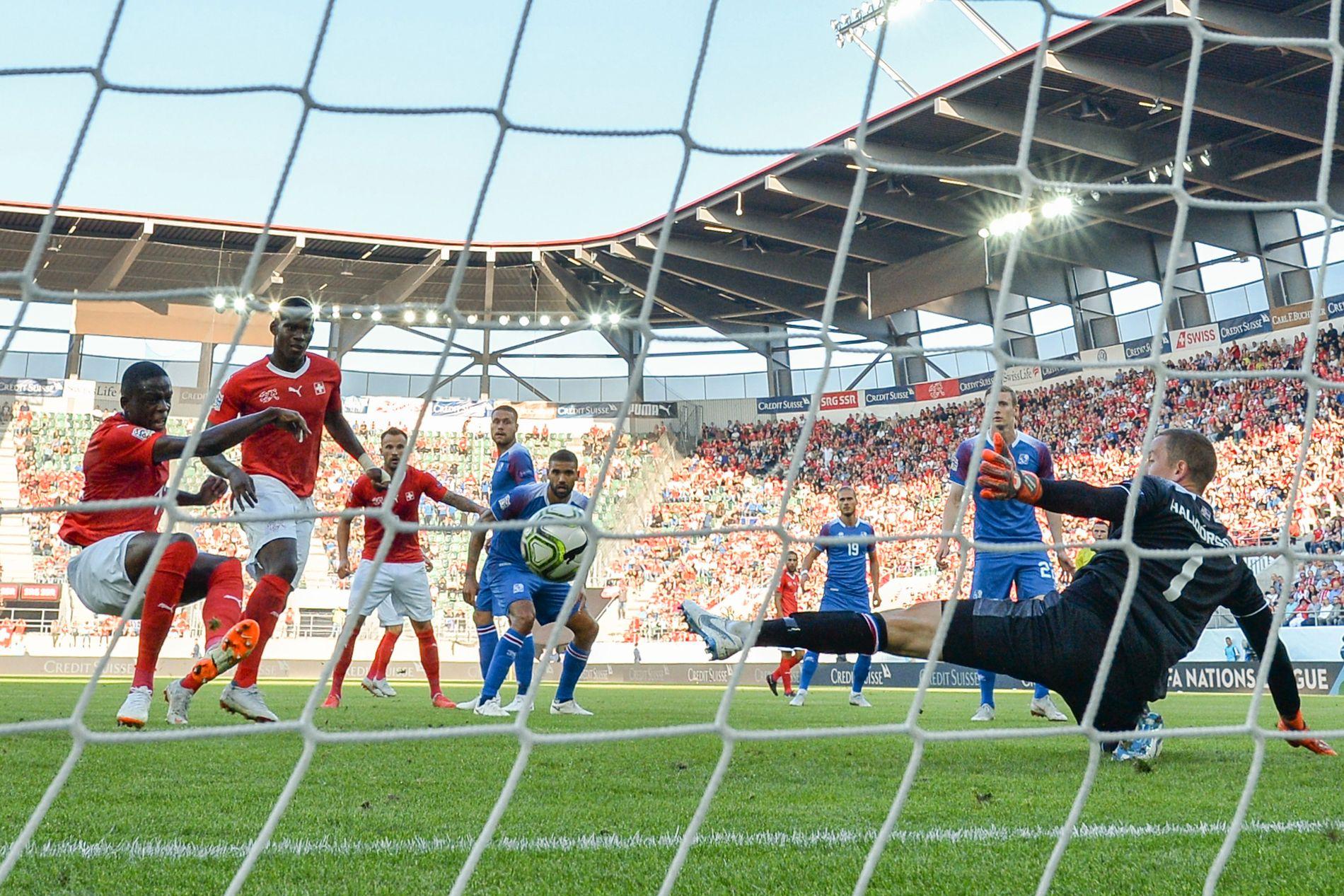 KNUSTE ISLAND: Denis Zakaria (t.v.) setter inn 2–0 etter 23 minutter spill i Sveits mot Island.