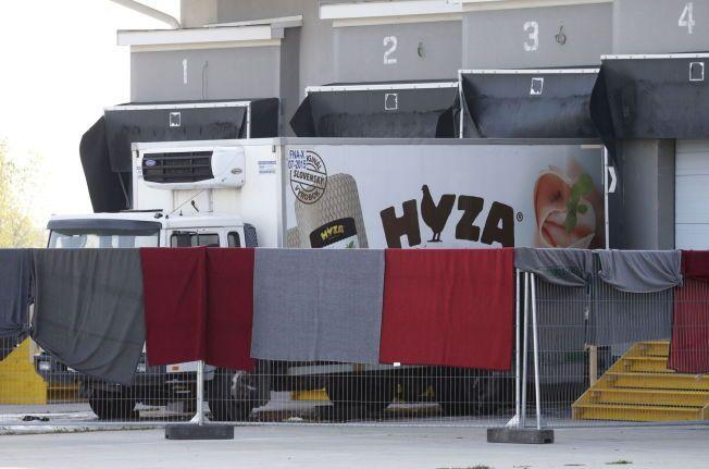 DØDSFERDEN: Mer enn 70 døde flyktninger ble funnet inne i denne lastebilen. Trolig startet ferden i Ungarn onsdag, før bilen ble funnet langs motorveien i Østerrike torsdag ettermiddag.