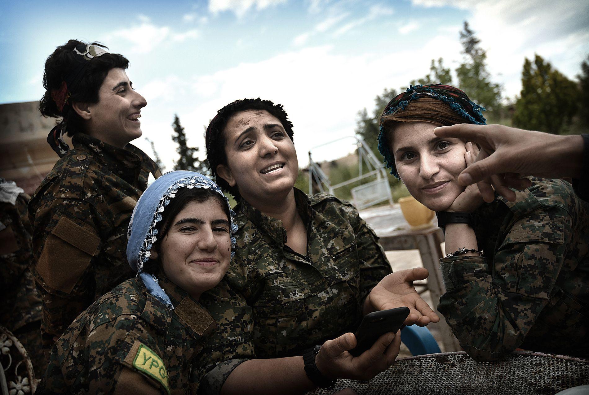 ÅR MED KRIG: Utenfor Qamishli nordøst i Syria møter VG soldater i kvinnemilitsen YPJ. Fra venstre: Avzem Aven (23), Roken Serhed (20), Dilar Halab (25) og Roj Devren (21).