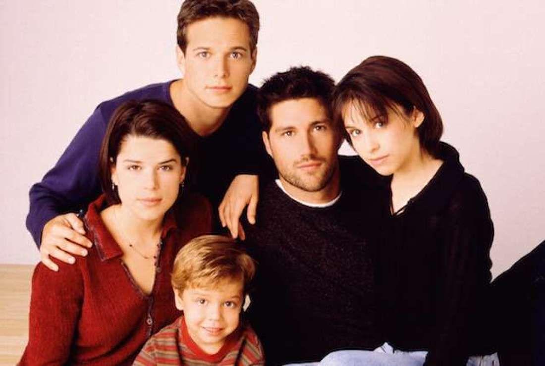 FAMILIEDRAMA: Søskenflokken Bailey, Charlie, Julia, Claudia og Kirsten Salinger fra den originale serien «Party of Five».