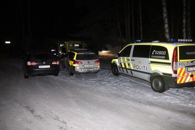 ALT TILGJENGELIG MANNSKAP: Politiet rykket ut til en privatadresse i Hokksund søndag kveld der en kvinne var knivstukket av sin mann.