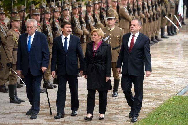 INSPISERER TROPPENE: Presidentene Milos Zeman fra Tsjekkia, Janos Ader fra Ungarn, Kolinda Grabar-Kitarovic fra Kroatia and Andrej Kiska fra Slovakia under toppmøtet i Visegrad fire-gruppen i Ungarn i oktober.