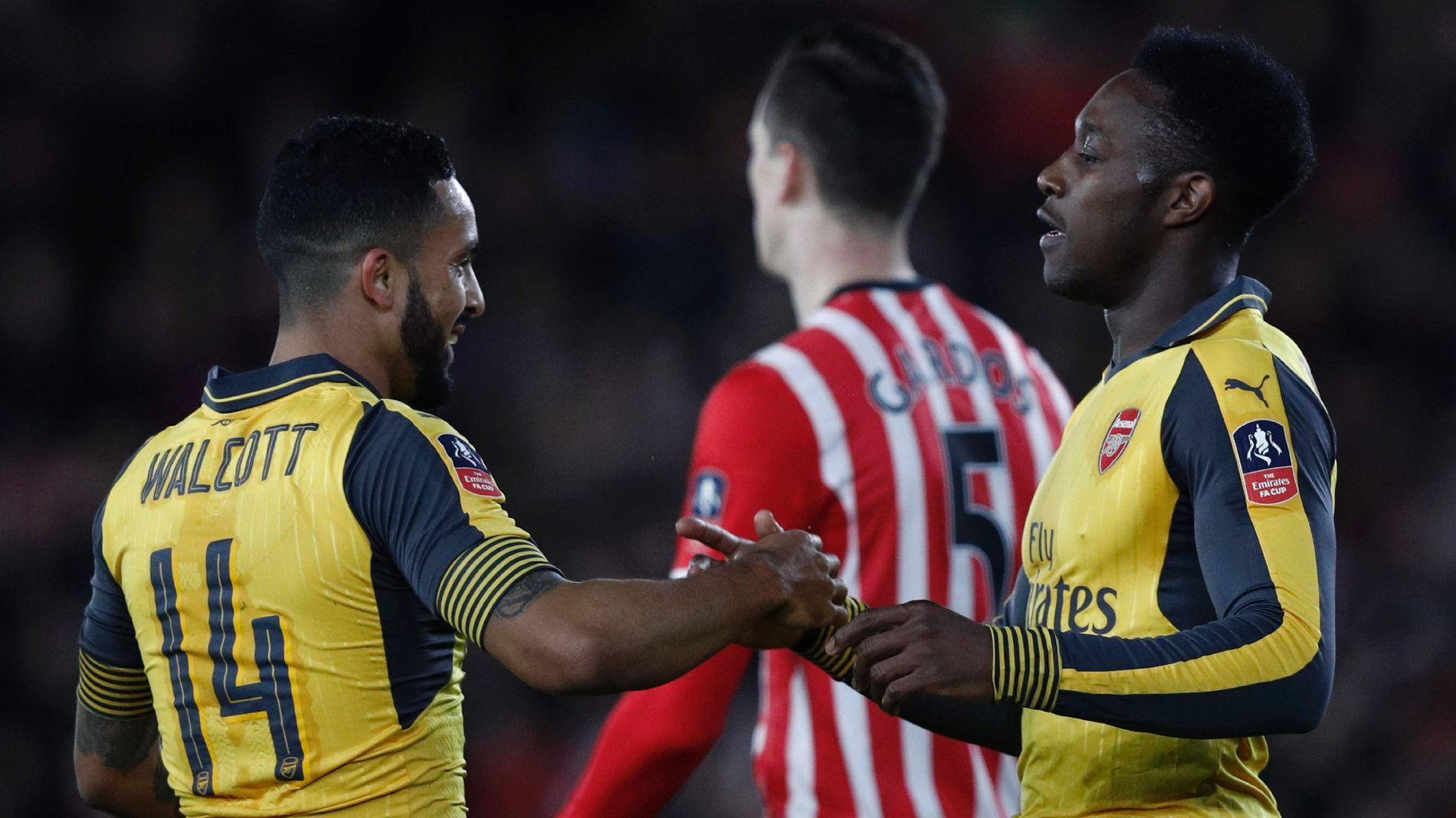 OVERLEGNE: Theo Walcott (t-v-) scoret tre og Danny Welbeck (t.h.) to da Arsenal knuste Southampton på bortebane. I bakgrunnen skimtes Southamptons Florin Gardos.