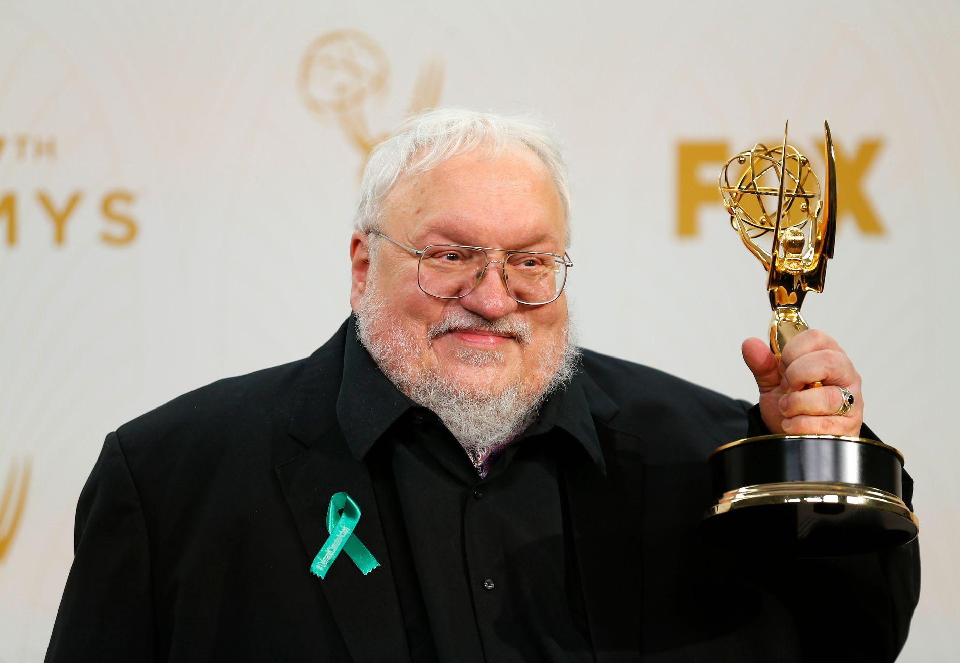 VINNER: George R. R. Martin holder prisen for Beste dramaserie for «Game Of Thrones» under Emmy-utdelingen i september 2015.