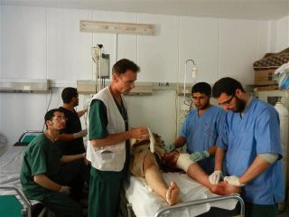 FARLIG: – Leger uten Grenser støtter våre kolleger inne i Idlib-provinsen, men det er vanskelig å få inn hjelpesendinger. Det er komplisert og veldig vanskelig, sier lege Morten Rostrup. Her under en operasjon etter et bombeangrep i Libya i 2011.