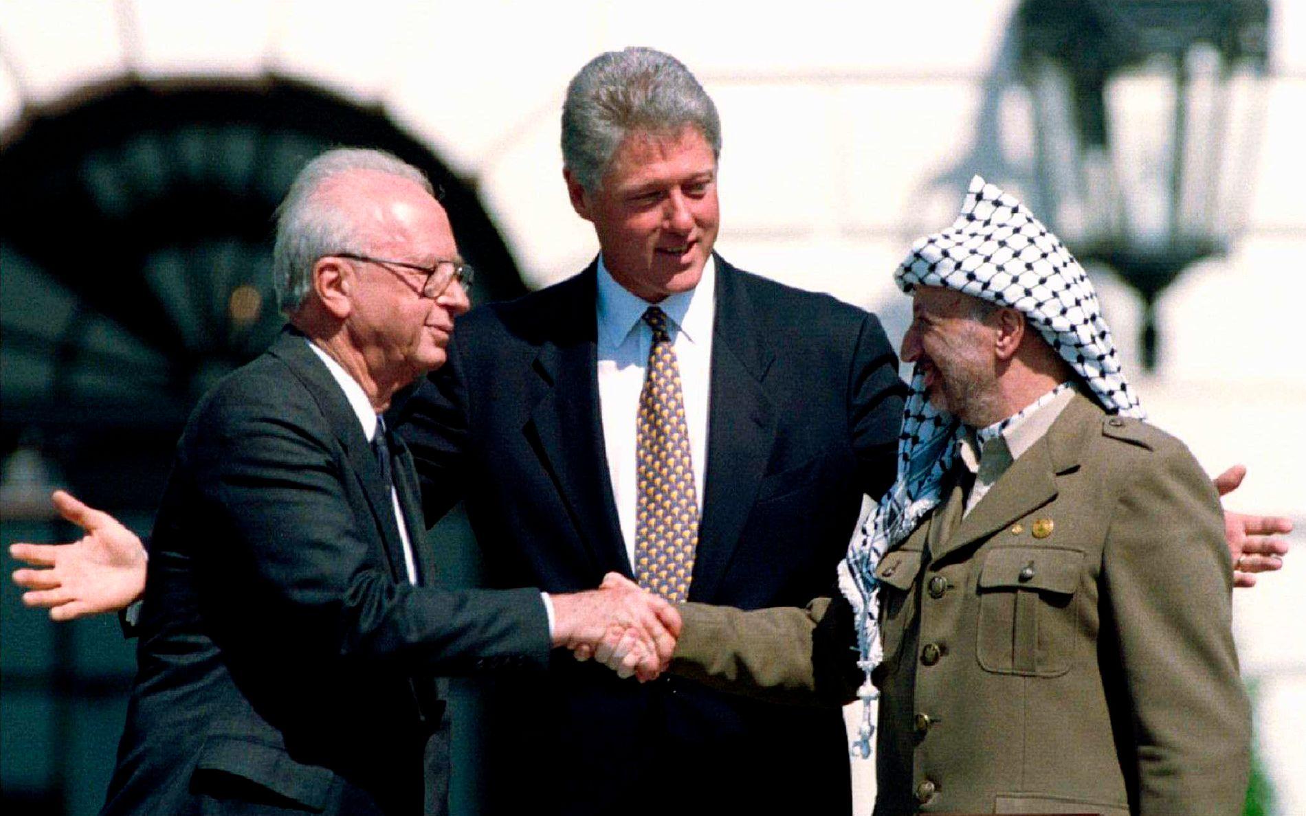 VIRKELIGHETENS TRAGEDIE: – Virkelighetens tragedie utspilles et annet sted. I Midtøsten varer ikke forestillingen i tre timer. Den pågår uavbrutt, skriver Per Olav Ødegård.  Bildet: Daværende amerikansk president Bill Clinton sammen med den israelske statsministeren Yitzhak Rabin (t. v) og daværende formann i PLO, Yasser Arafat foran Det hvite hus i september 1993.