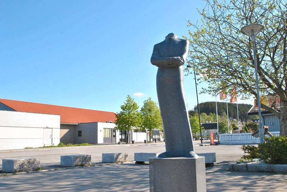 HODELØS: Slik så statuen av komponisten Fartein Valen ut etter hærverket natt til søndag.