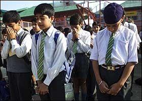 MINNESTUND: Disse indiske elevene i Srinagar overlevde jordskjelvet. I dag minnes de sine døde venner. Foto: AP