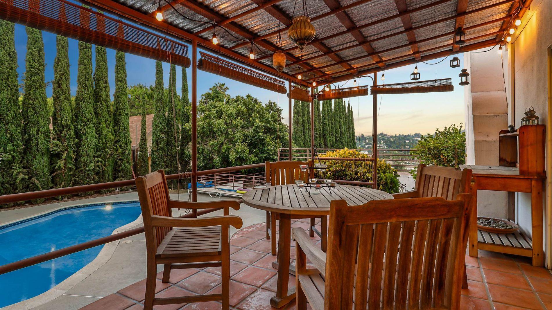 HJEMMEKOSELIG: På meglerens nettsider står det at huset har spa, peis og boblebad på terrassen.