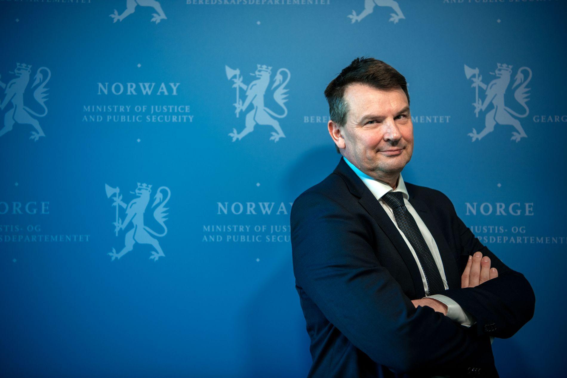KRAFTIG FORSINKET OG FORDYRET: Justisminister Tor Mikkel Wara har overtatt ansvaret for det kriserammede ID-kortprosjektet.