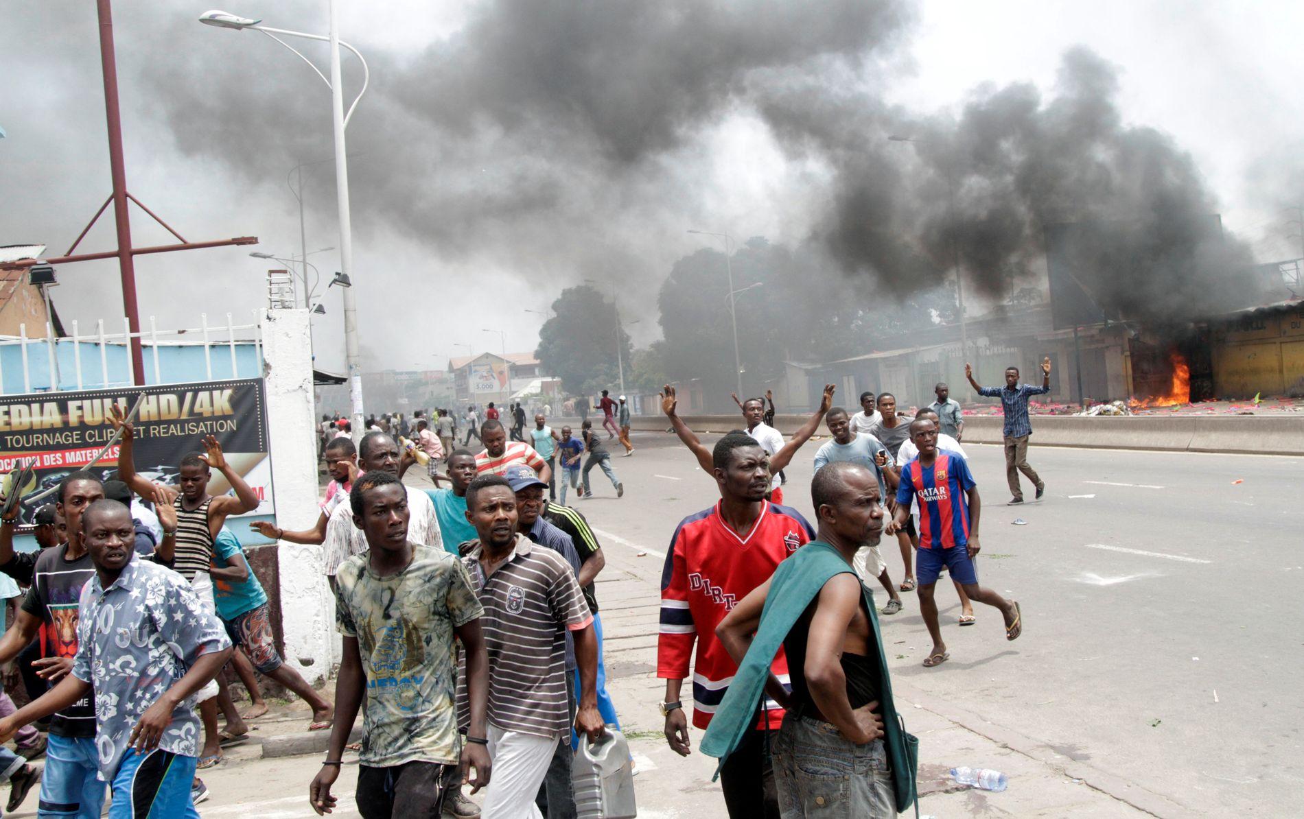 SAMMENSTØT: Kongolesiske opposisjonstilhengere under en protest mot president Joseph Kabila i Kinshasa mandag.