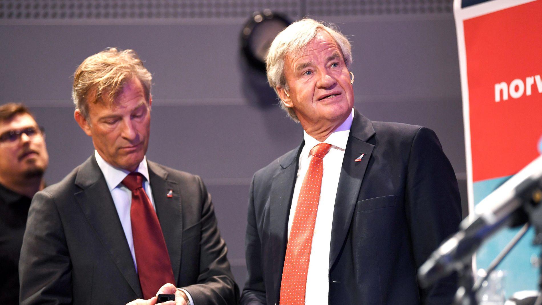 GIR SEG: Bjørn Kjos gir stafettpinnen videre etter 17 som konsernsjef i Norwegian. Kjos går inn i en mer tilbaketrukket rolle i selskapet. Her sammen med midlertidig etterfølger, Geir Karlsen.