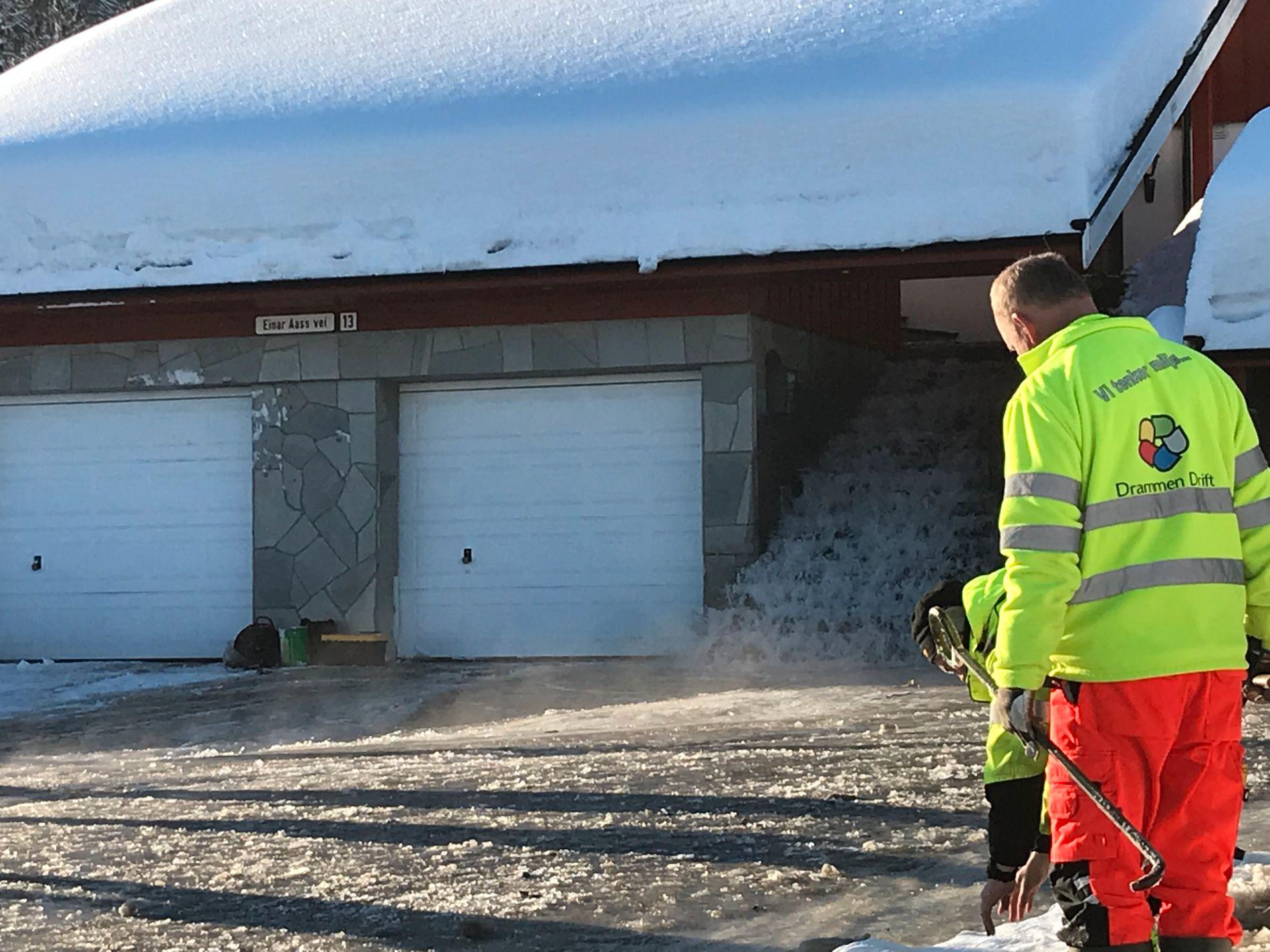 TETT KUM: Det rant store mengder vann gjennom et hus og mot flere boligområder i Drammen tirsdag formiddag.
