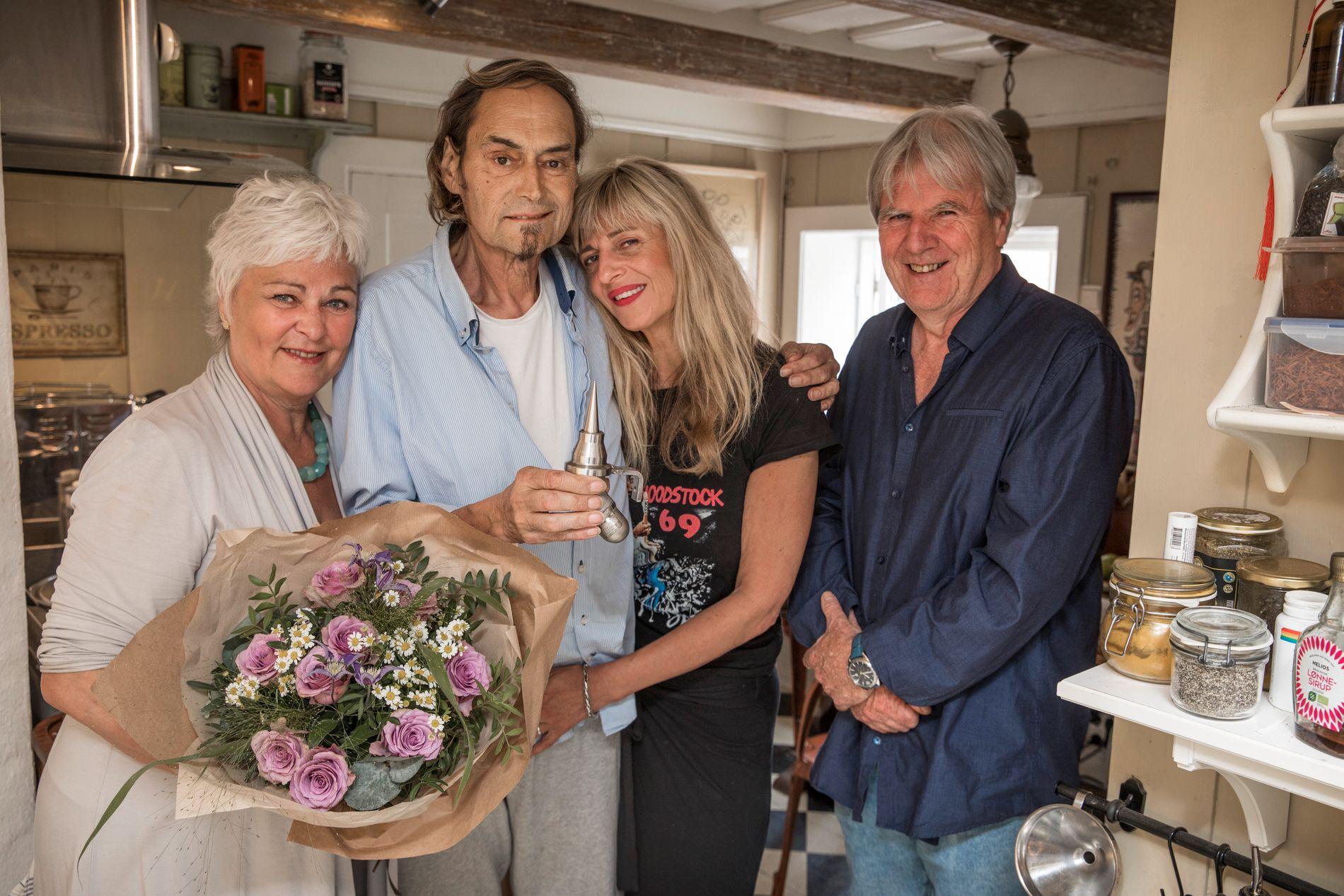 SATT PRIS PÅ: Årets Ellapris gikk til Paolo Vinaccia, her sammen med sin kone Trude Semb, og flankert av styreleder og daglig leder i Oslo Jazz Festival, Ellen Horn og Edvard Askeland.