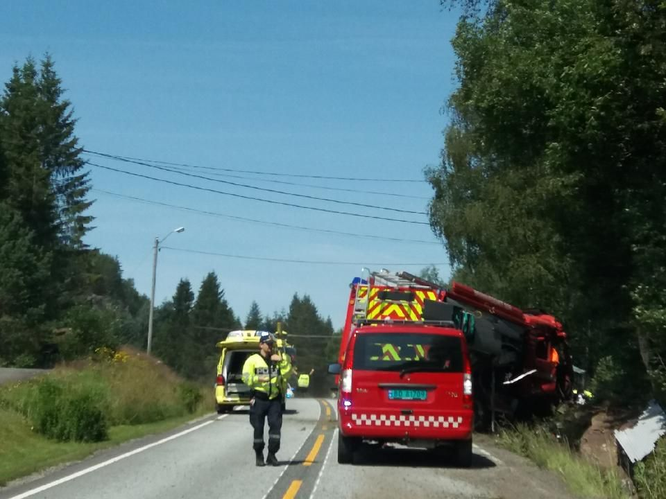 ALVORLIG ULYKKE: Nødetatene på stedet der en brannbil har kjørt av veien ved Omland i Kvinesdal.
