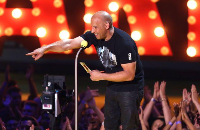 DELTE UT PRIS: Vin Diesel delte ut prisen for beste kvinnelige skuespiller under MTV Movie Awards.