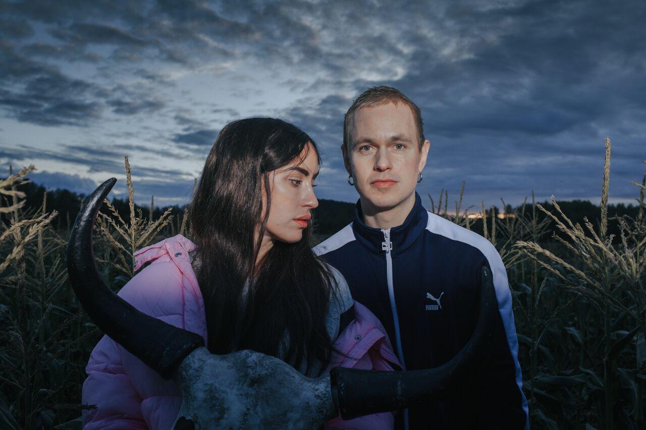 DUO: Highasakite slik de fremstår på et ferskt pressebilde, kun med Ingrid Helene Håvik og Trond Bersu i besetningen.