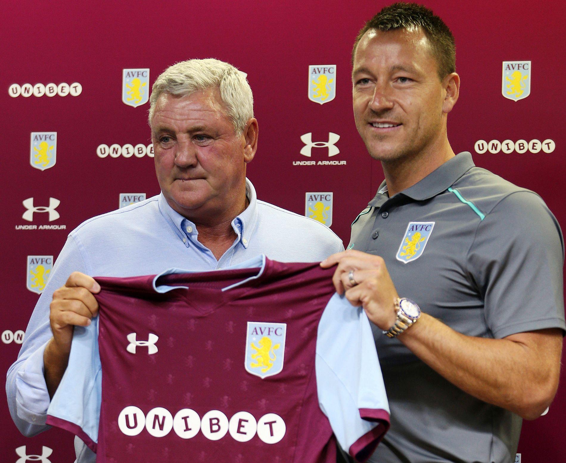 NYSIGNERING: Tidligere Chelsea -og Englands-kaptein John Terry (36) skal hjelpe Aston Villa med å sikre opprykk fra Championship denne sesongen. Her med manager Steve Bruce under presentasjonen for en måned siden.
