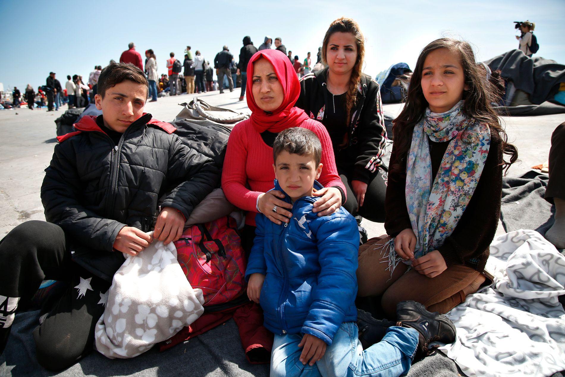 RØMTE FRA LEIREN: Falak Darwish følte seg utrygg alene med fire barn i interneringsleiren da det brøt ut opptøyer og slåssing grunnet mangel på vann og mat. Her i havna sammen med barna Mohammad (14), Leyla (13), Eva (16) og Hamed (7).