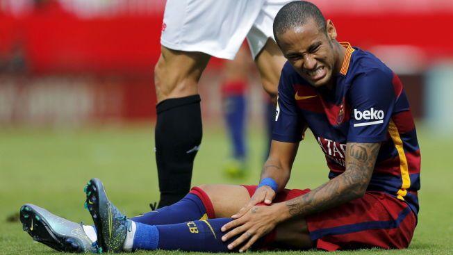 SUSPENSJON? Barcelonas Neymar er i smerter under en kamp mot Sevilla den 3. oktober. Kanskje vil han etter hvert måtte se en rekke kamper fra sidelinjen.