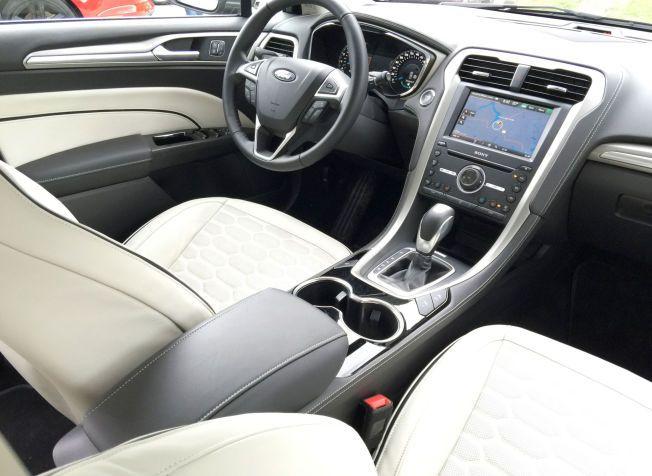 MYE SKINN: Mønsteret i skinnsetene er det samme som i bilens grill. Dashbordet er skinnkledd. Det er dessverre ikke midtkonsollen som trekker helheltsinntrykket noe ned. Foto: ØYSTEIN LARSEN-VONSTETT