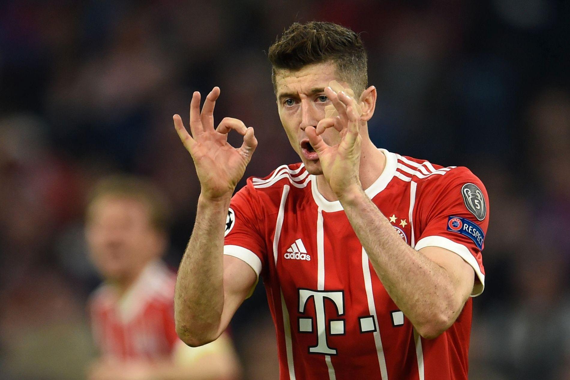 ORDNUNG MUSS SEIN: Robert Lewandowski viser resultatet i kampen mellom Bayern München og Sevilla.