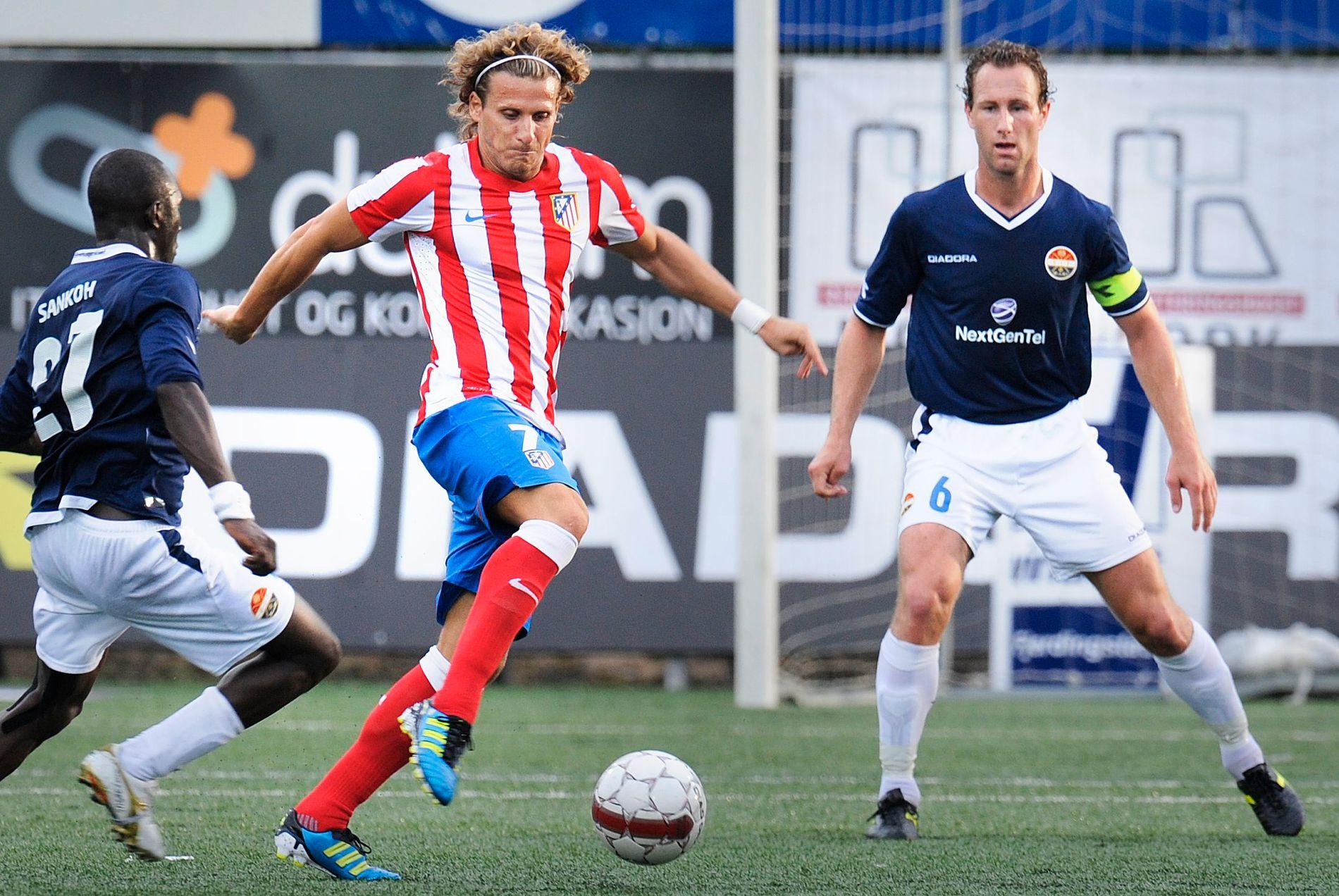 I DRAMMEN: Diego Forlán var med å slå Strømsgodset 2-0 i Europa League-kvalifiseringen i 2011. Her i duell mot Alfred Sankoh og Alexander Aas.
