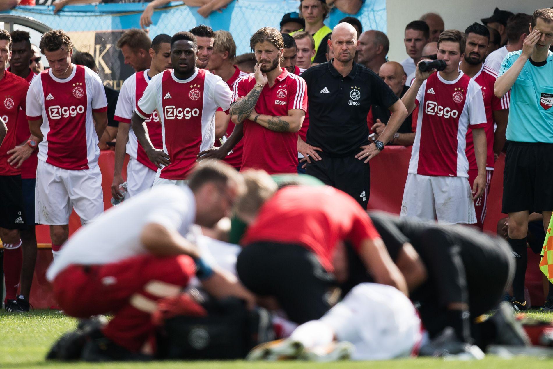 KOLLAPSET: Bekymrede lagkamerater fulgte nervøst med da Abdelhak Nouri kollapset under en treningskamp mellom Ajax og Werder Bremen.
