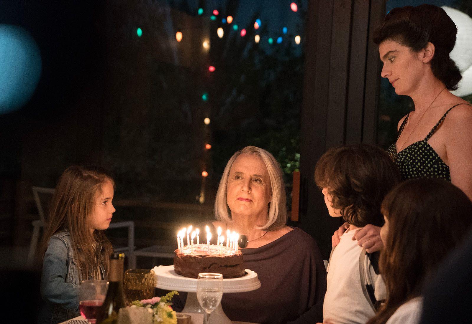 TRANS: Jeffrey Tambor som Maura Pfefferman og Gaby Hoffmann som datteren Ali (til høyre) i sesong 3 av «Transparent».