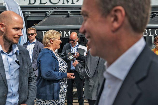 PÅ PLASS I POLLEN: Statsministeren ankom Arendalsuka i dag. Noe av det første hun gjorde var å invitere til presselunsj.
