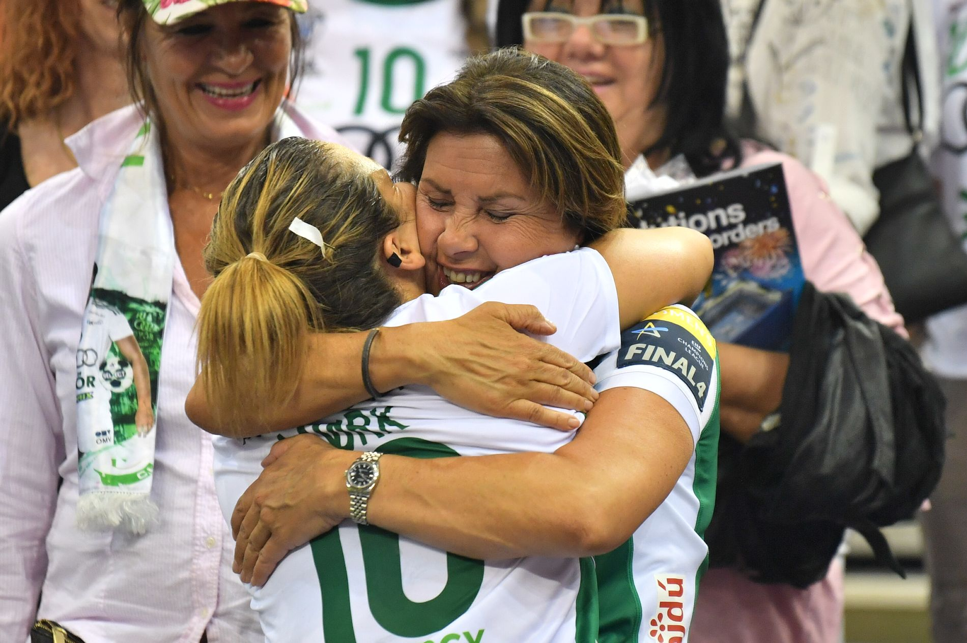 MAMMA-JUBEL: Nora Mørk fikk en herlig klem av mamma Tirill etter at finaleplassen var sikret. I bakgrunnen tidligere landslagsspiller Ingunn Strøm.
