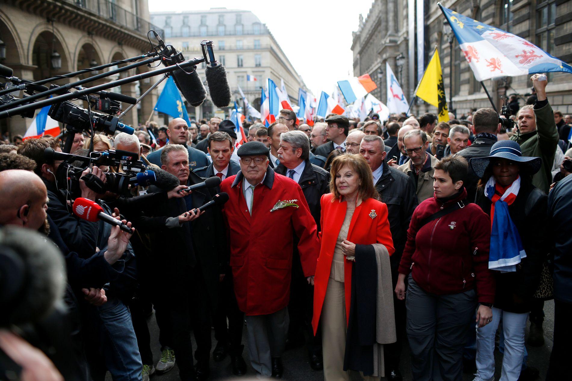 HYLLET AV TILHENGERNE: Grunnleggeren av Nasjonal Front, Jean-Marie Le Pen, og kona Jany under et arrangement i Paris mandag. Foto: Reuters