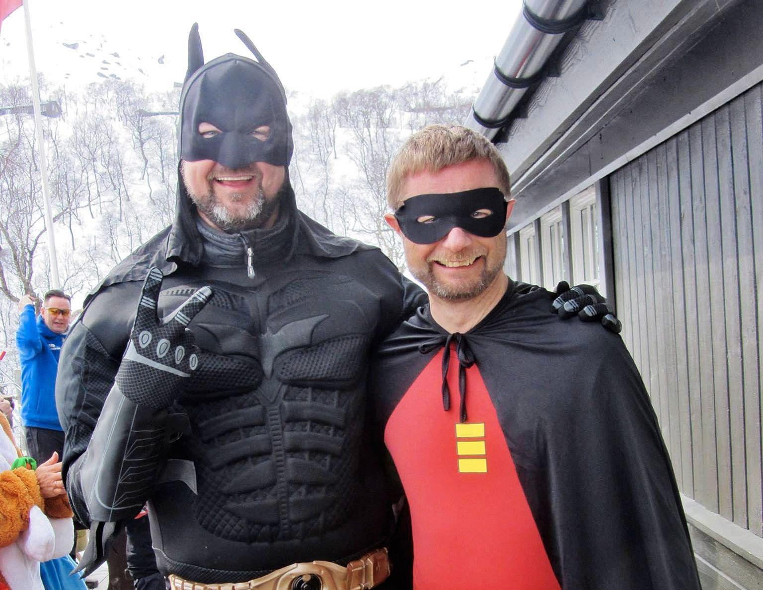 KOSTYMEBALL: Høyres markedssjef Dag Terje Solvang (45) og helseminister Bent Høie (46) - som er gift - som Batman og Robin i påskeskirennet på hytta i Rogland.