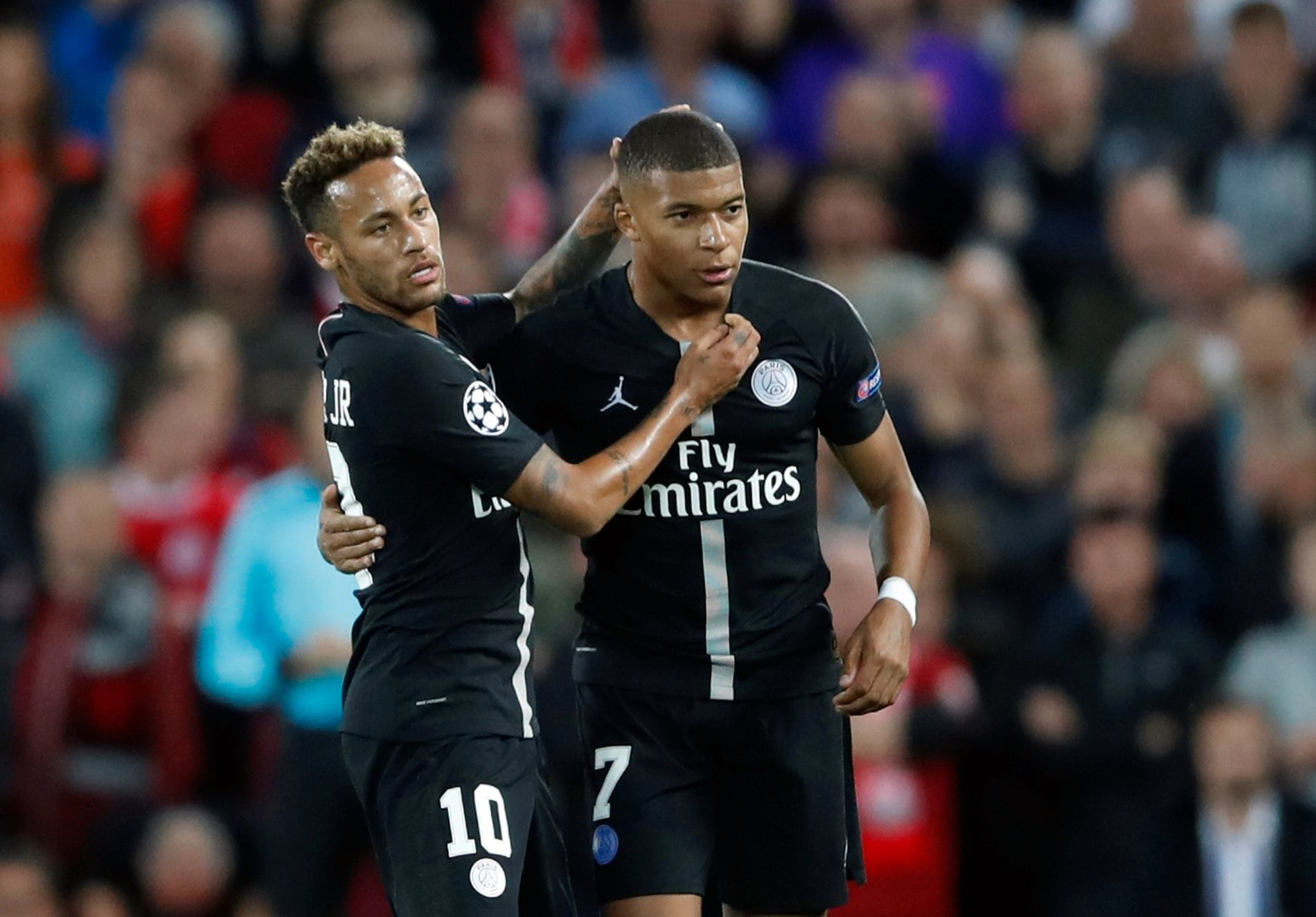 JUBELEN STILNET: Neymar og Kylian Mbappé jubler her for 2–2-scoringen de sto bak. Jubelen varte ikke lenge. Like etterpå slapp gjestene inn mål.