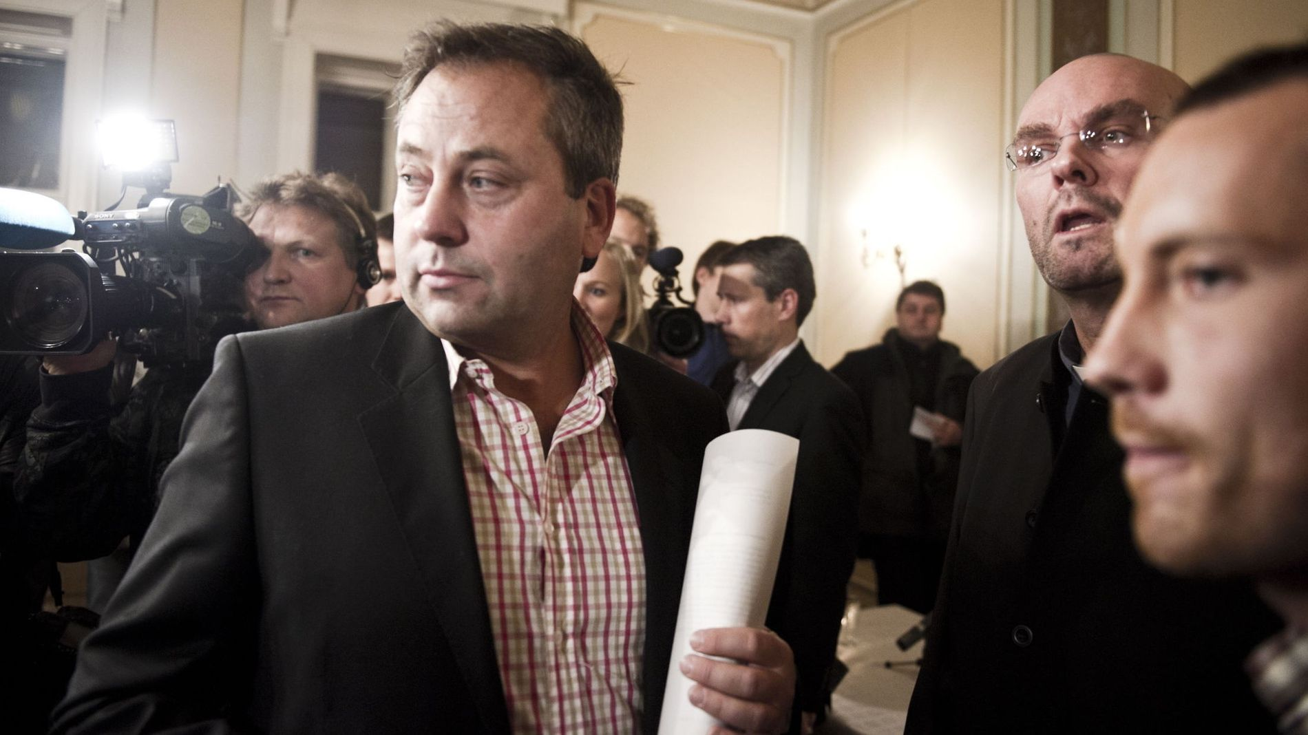SENTRAL: Forlegger Arve Juritzen (i midten), i forbindelse med pressekonferansen til Einar Gelius i 2010.