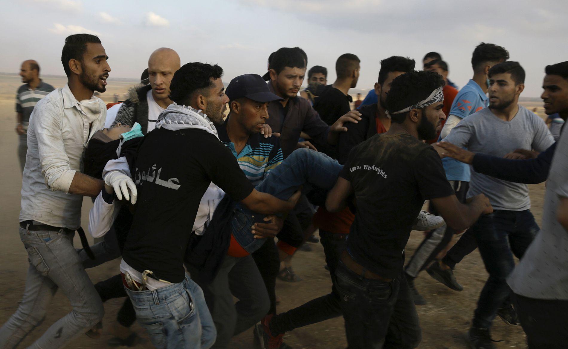 DØDE PÅ SYKEHUSET: Demonstranter bærer den 21 år gamle helsearbeideren Razan Najjar. Hun døde på sykehus etter å ha blitt skutt i brystet av israelske soldater ved Khan Younis fredag kveld, ifølge helsedepartementet på Gazastripen.