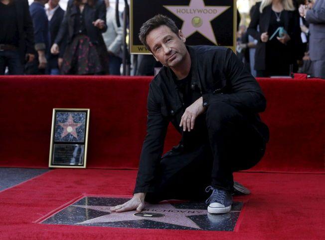 STOR ÆRE: Duchovny poserer ved sin nye stjerne på Hollywood Walk of Fame i Los Angeles.
