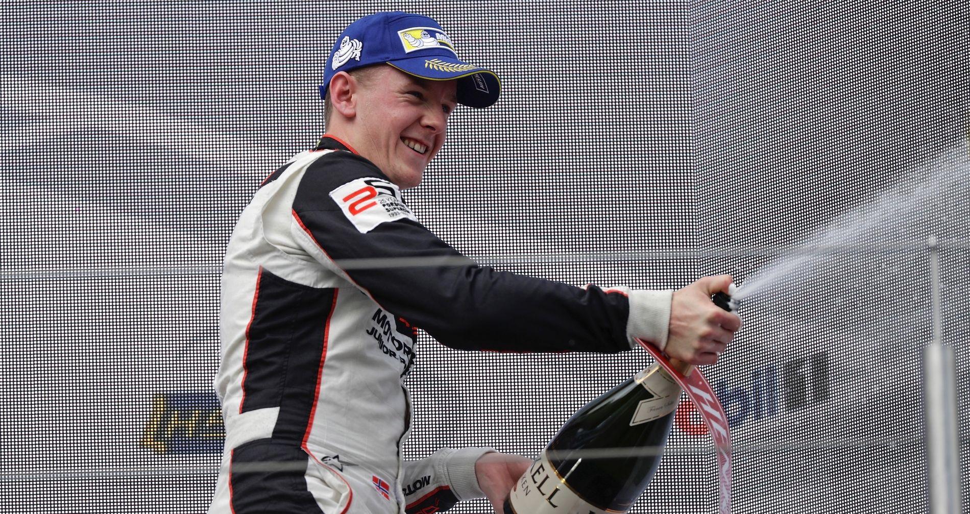 SUKSESS: 2017 har vært et drømmeår for Dennis Olsen, som vant det tyske Porsche-mesterskapet og ble nummer to i den såkalte Porsche Supercup.