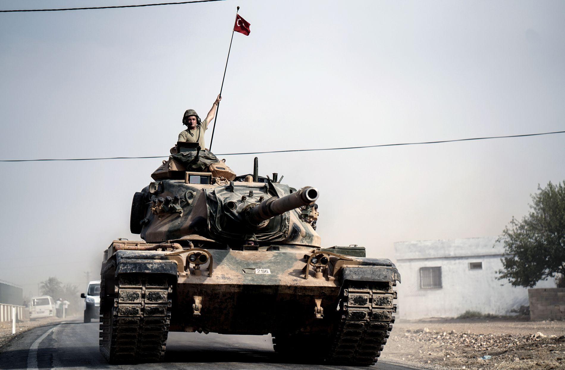 TYRKIA PÅ FREMMARSJ: I forrige uke rykket tyrkiske stridsvogner og spesialsoldater inn i Syria for første gang.