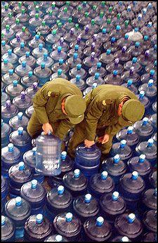 SJEKKES: To kinesiske soldater måtte sjekke drikkevannet Harbin ble tilbudt fra nabobyene. Foto: EPA
