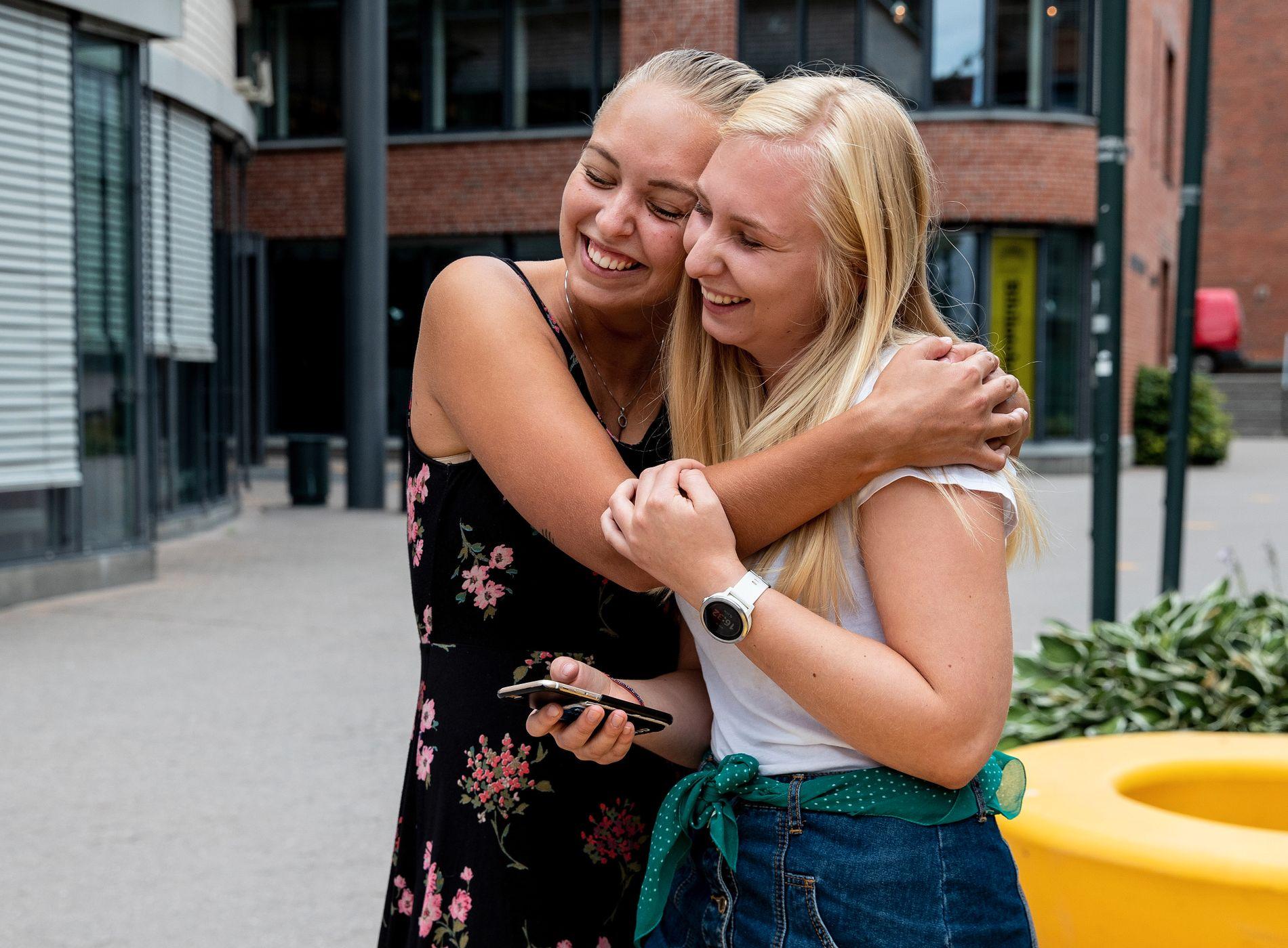 KOM INN: Maya Alice Bratland (19, t.h.) har akkurat fått vite at hun kom inn på lærerstudiet, 5.-10.trinn. Venninnen Stine Skulbru Henriksen (20) har allerede gått på studiet i ett år.