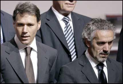 GODE VENNER: Marco Van Basten og Roberto Donadoni har ikke bare et profesjonelt forhold. De er også gode venner i virkeligheten. Foto: AP