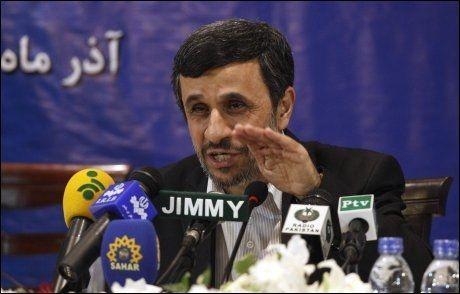 OVERDRIVER: En granskingsrapport utarbeidet for den amerikanske Kongressen mener at Irans president Mahmoud Ahmadinejad overdriver når han omtaler sitt lands rakettkapasitet. Foto: REUTERS